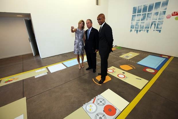 O prefeito de Nova York, Michael Bloomberg, visita apartamento de 28 metros quadrados, ainda sem móveis, em Manhattan (Foto: AFP)