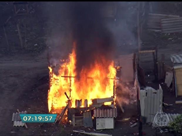 Barraco incendiado em reintegração de posse na Grande São Paulo (Foto: Reprodução/TV Globo)