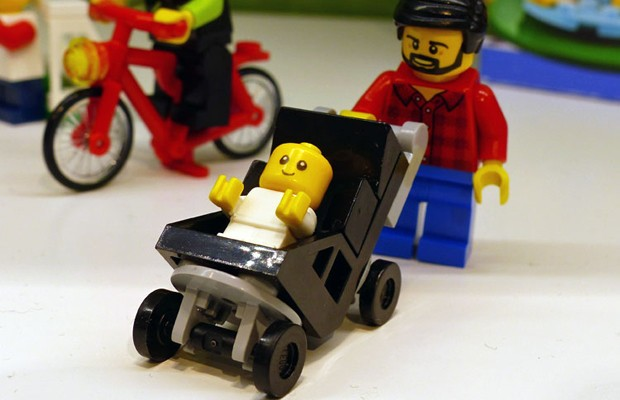 Boneco em cadeira de rodas em forma de bebê  (Foto: Reprodução/Promo Bricks)