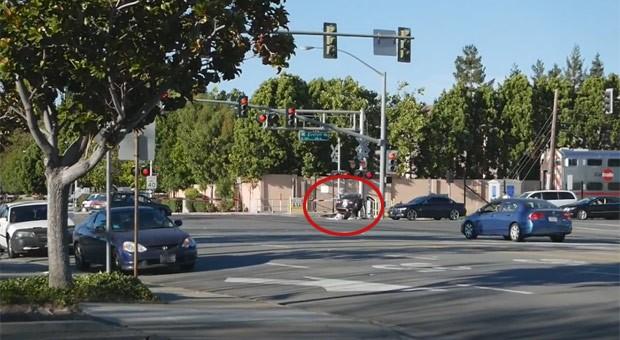 Um policial arriscou sua vida para salvar um motorista de ser atingido por um trem após a vítima ter batido seu carro em uma travessia ferroviária em Sunnyvale (Foto: Reprodução/YouTube/karin Lizana)
