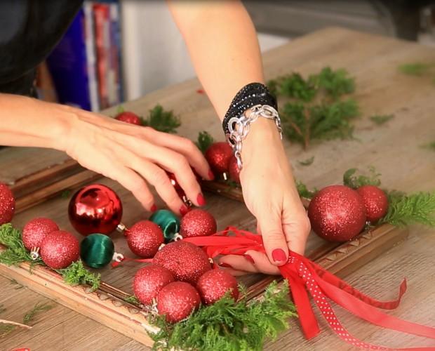 Enfeite natalino para porta (Foto: Webséries/Gshow)