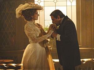 Bonifácio beija a mão da ex-baronesa (Foto: Lado a Lado / TV Globo)