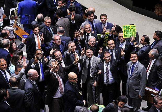 Deputados, em sessão que votou a PEC dos gastos públicos em primeiro turno (Foto: Luis Macedo / Câmara dos Deputados)