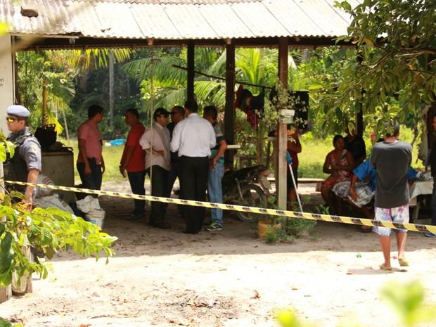 Policiais e peritos estivceram no local do crime (Foto: Suelen Gonçalves/ G1 AM)