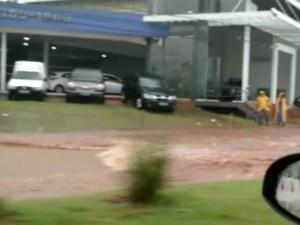 Carro ficou 'ilhado' em frente ao Shopping Campo Grande (Foto: Nicholas Vasconcelos/TV Morena)