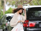 Selena Gomez usa look larguinho e mostra demais
