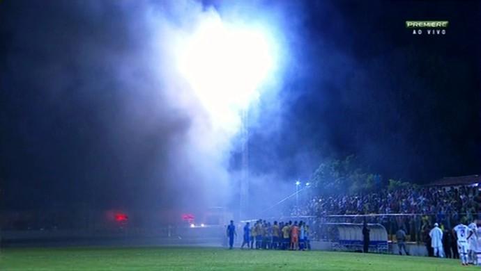 Iporá x Vila Nova no Ferreirão - fumaça em campo (Foto: Reprodução/Premiere)
