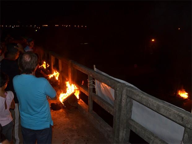 Manifestantes usaram fogo para pedir iluminação na rodovia (Foto: Walter Paparazzo/G1)