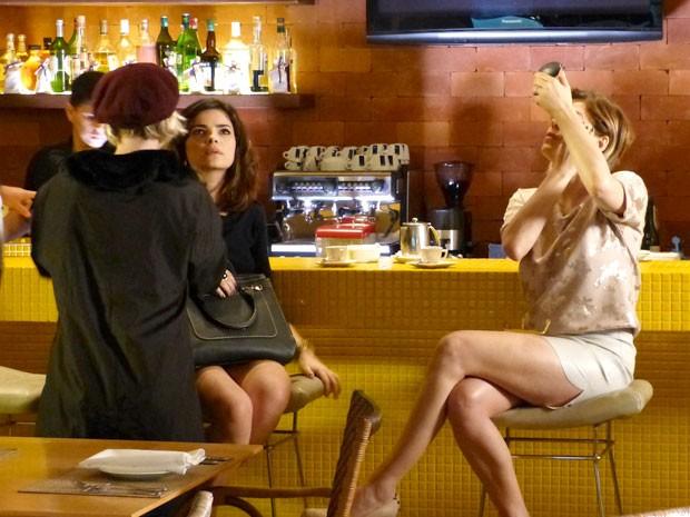 Últimos retoques na maquiagem antes de a gravação comerçar (Foto: Amor à Vida/TV Globo)