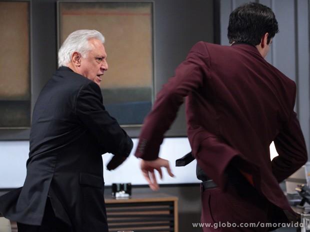 César senta a mão na cara de Félix (Foto: Amor à Vida / TV Globo)