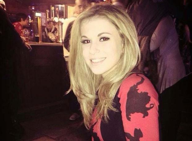 Em entrevista à BBC, Vicky Balch contou que estava sentada na primeira fila quando carro no qual estava colidiu com outro; ela ainda pode perder uma das pernas  (Foto: Arquivo Pessoal)