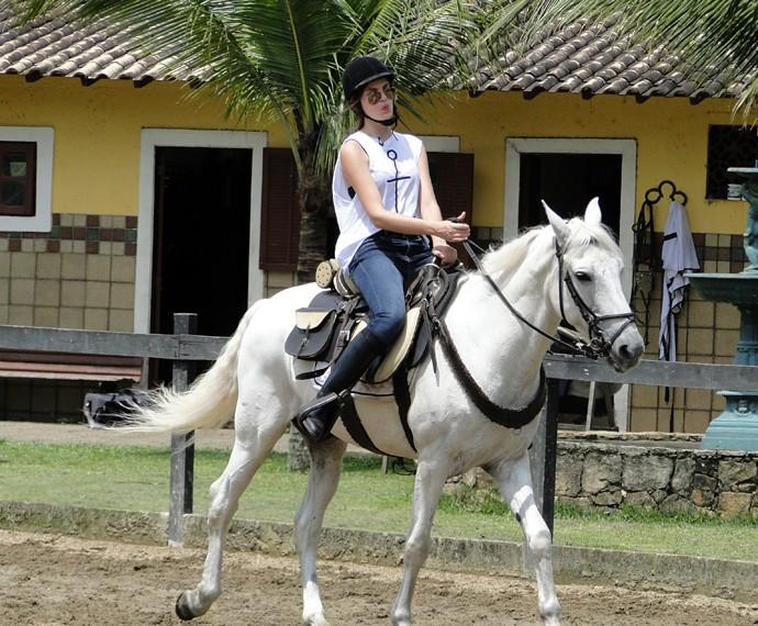 Camila Queiroz disse que o mais difícil é manter o equilíbrio do corpo em cima do animal (Foto: Fabio Rosso/Gshow)