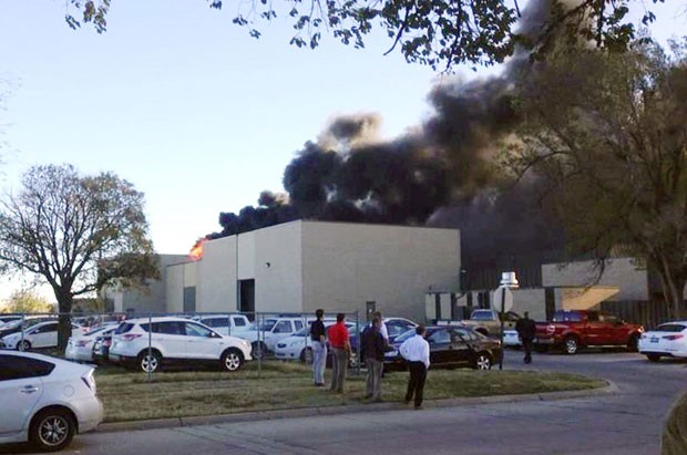 Fumaça é vista após avião de pequeno porte bater em prédio de aeroporto no Texas (Foto: KAKE News/AP)