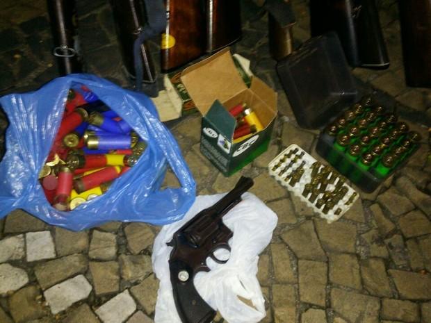 Além das armas, havia dezenas de munições e projéteis em Piracicaba (Foto: Divulgação/PM)
