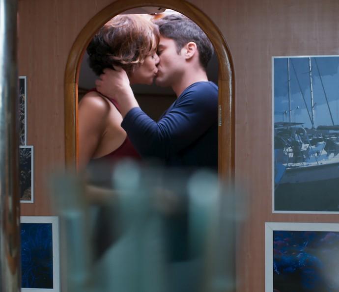 Ana e Tito têm a sua primeira noite de amor (Foto: TV Globo)