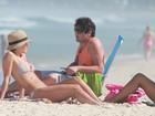Carolina Dieckmann vai à praia e exibe abdômen tanquinho