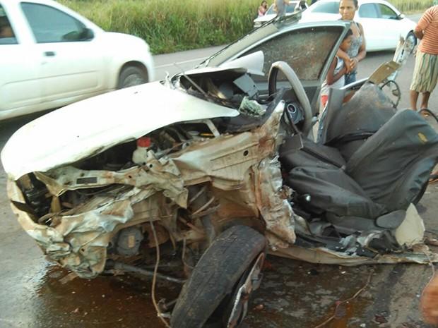 Veículo de passeio partiu ao meio após o acidente
