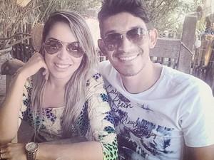 Késia Freitas e Max Viana em viagem no litoral nordestino, dias antes de a jovem ser encontrada morta em MG (Foto: Reprodução/Facebook)