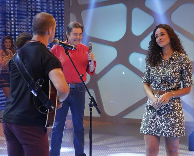 José Loreto canta música feita especialmente para Débora Nascimento (Foto: Felipe Monteiro/ Gshow)