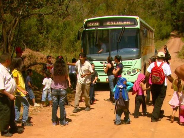Moradores de assentamento bloquearam passagem de ônibus escolares até chegada de secretário de São Carlos (Foto: Wilson Aiello/EPTV)