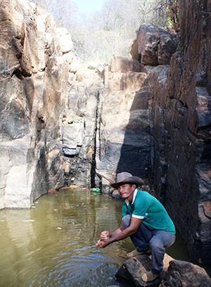 José Givaldo do Nascimento, o Galego do Relo, lamenta a 'secura' da Cachoeira do Relo e do Poço do Padre (Foto: Anderson Barbosa/G1)