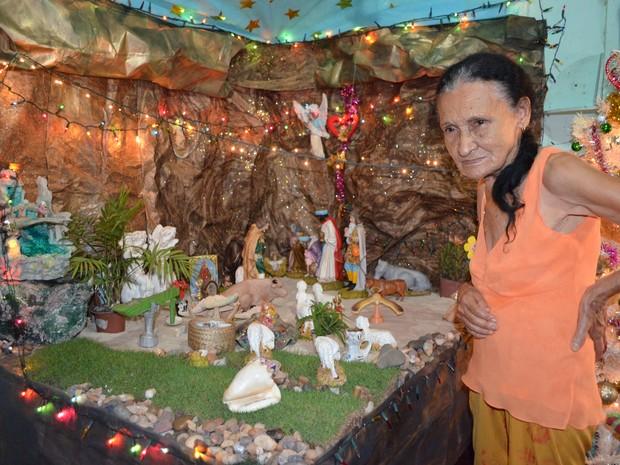 Para dona Noca o maior prazer em montar o presépio está nas pessoas visitarem e rezarem no local. (Foto: Rogério Aderbal/G1)