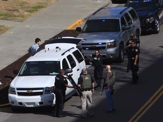 Autoridades de segurança se reúnem para investigar tiroteio na Universidade da Carolina do Sul, em Columbia, nesta quinta-feira (5) (Foto: AP Photo/The State, Tim Dominick)