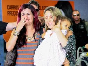 Delegada Gleide Angelo se emociona ao entregar Júlia à mãe (Foto: Marlon Costa/Pernambuco Press)