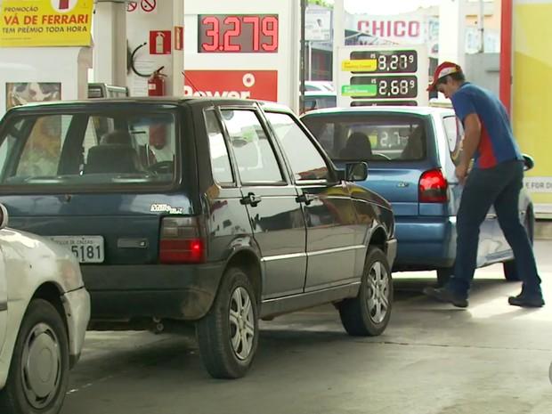 Gasolina chegou a quase R$ 4, agora é encontrada por menos de R$ 3,30 em Poços (MG) (Foto: Reprodução EPTV/Michel Diogo)