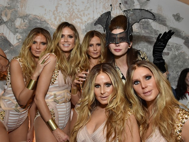 Heidi Klum (no centro) com clones em festa de Halloween em Nova York, nos Estados Unidos (Foto: Mike Coppola/ Getty Images/ AFP)