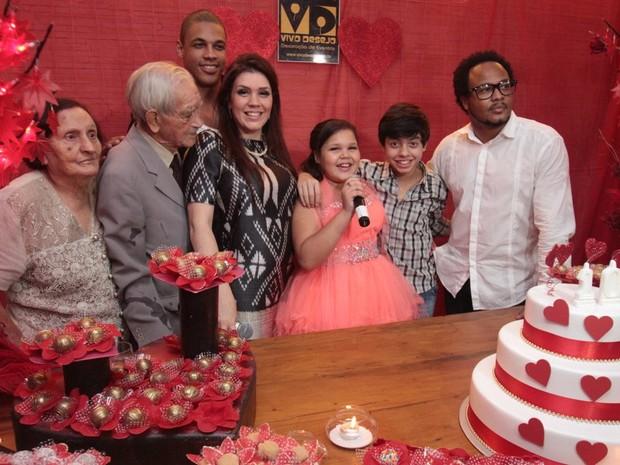 Simony coma família na festa da filha em São Paulo (Foto: Léo Marinho/ Ag. News)