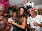 Romário samba com Renata Santos em camarote