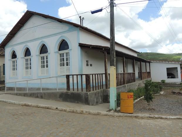 Antiga casa-grande foi transformada na sede da Associação Quilombola de Trigueiros (Foto: Renan Holanda/ G1)