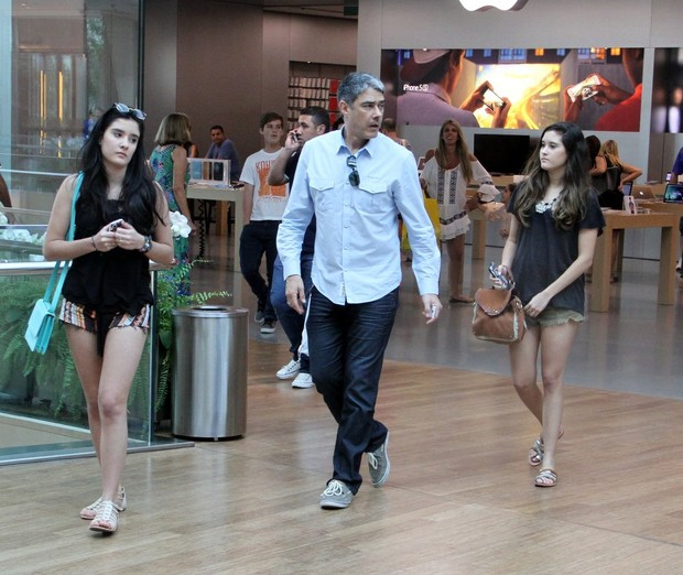 William Bonner e filha em shopping (Foto: Marcus Pavão/Agnews)