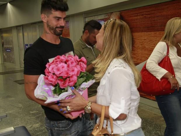 Viviane Araújo com o noivo, Radamés, no aeroporto Tom Jobim, na Zona Norte do Rio (Foto: Isac Luz/ EGO)