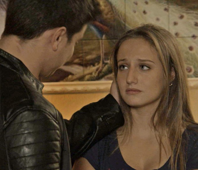 A estudante avisa que tem a vida complicada, mas o rapaz insiste e pede uma chance (Foto: TV Globo)
