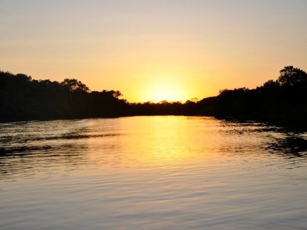 Pôr do sol no rio Claro, na Pantanal em Mato Grosso (Foto: Carolina Holland/G1)