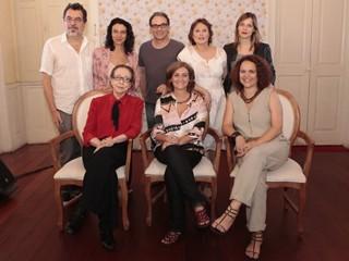 Parte do elenco e diretores de Doce de Mãe posam para foto (Foto: Doce de Mãe / TV Globo)