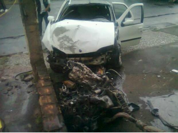 Carro de passeio bateu em poste antes de colidir com uma moto, em Vila Velha (Foto: Gabriela Ribeti/ TV Gazeta)
