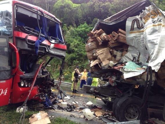 Acidente envolveu duas carretas e um ônibus (Foto: Cristian de Los Santos/CBN Diário)