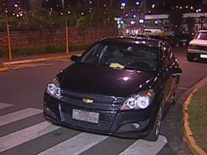 Carro foi estacionado no local de faixa amarela e sobre a faixa de pedestre  (Foto: reprodução/TV Tem)