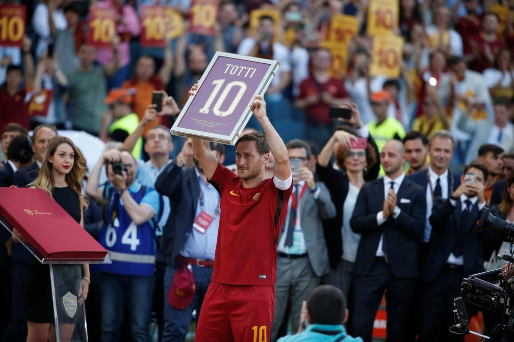 Já depois do apito final, Totti ergue um quadro comemorativo (Foto: Stefano Rellandini/Reuters)