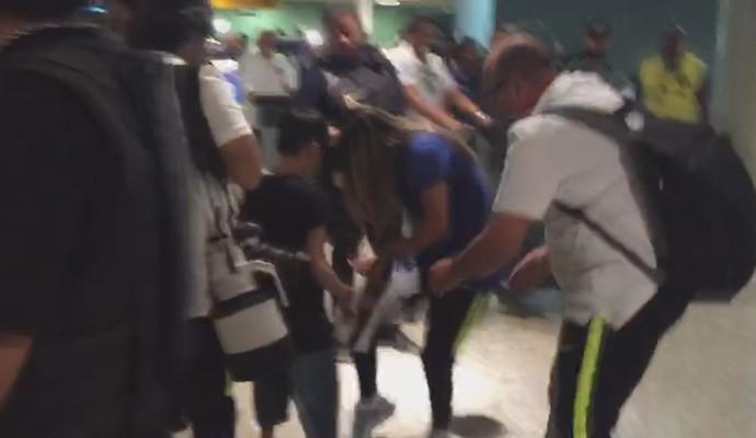 Marta autografa camisa de jovem no desembarque em Manaus (Foto: Reprodução/ GloboEsporte.com)
