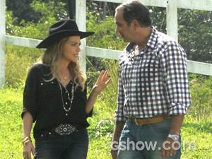 Shirley pergunta se Virgílio é fiel (Foto: Em Família/TV Globo)