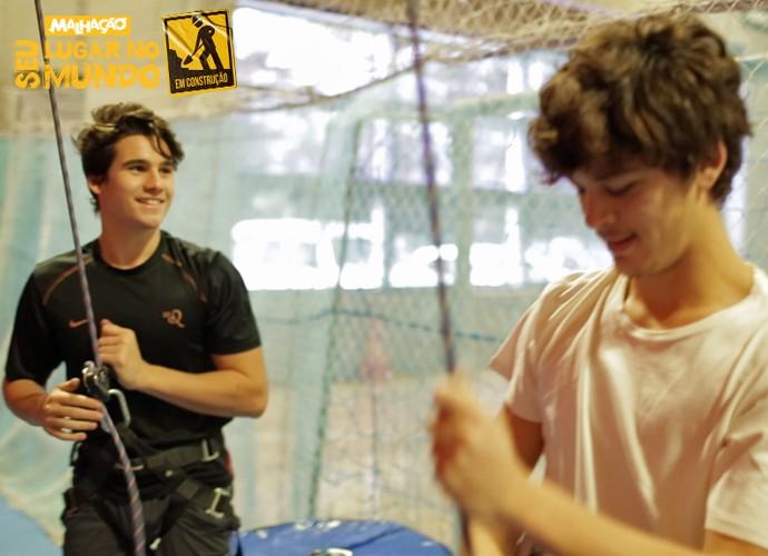 Nicolas Prattes e João Vithor Oliveira se preparam para escalar a parede (Foto: Gshow)