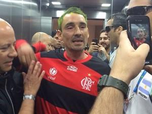 O argentino Pablo Alvarez depois de ter sido detido por policiais no Estádio Nacional (Foto: Ministério da Justiça)