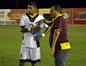 Higor César e Ricardo Lopes, técnico e atacante do Globo FC, conversam a beira do campo (Foto: Jocaff Souza)