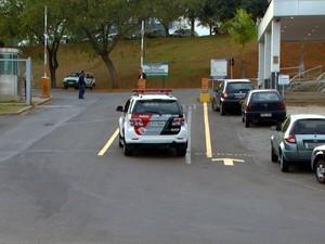 Veículo da Polícia Militar entra na fábrica da Samsung em Campinas (Foto: Reprodução EPTV)