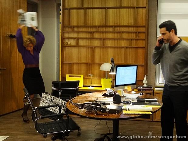 Bárbara quebra tudo no escritório de Natan! (Foto: Sangue Bom/TV Globo)