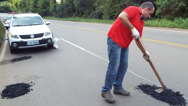 Morador pediu apoio da polícia rodoviária estadual, que sinalizou a pista (Foto: Odair Piccini/Jornal Folha Regional)